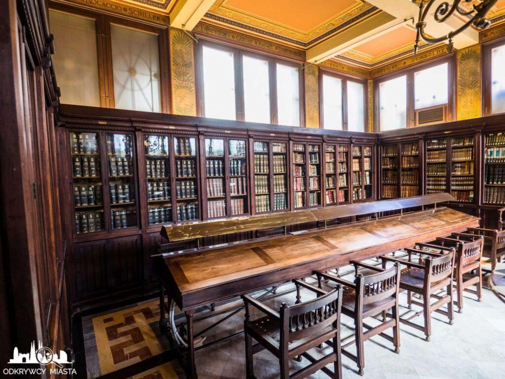 Masońska Biblioteka Arus szafy z książkami