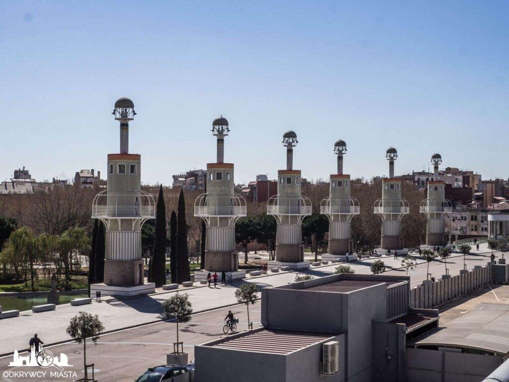 Park ze smokiem sans wieże wzdłuż parku