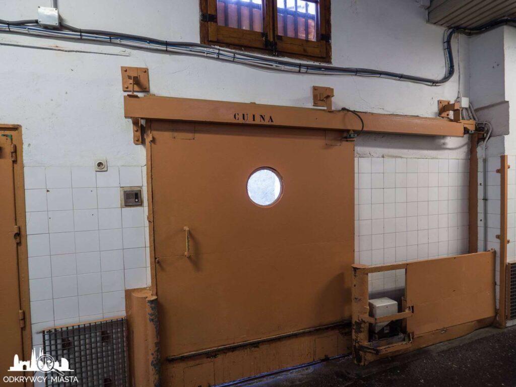 La Modelo więzienie w Barcelonie wejście do kuchni