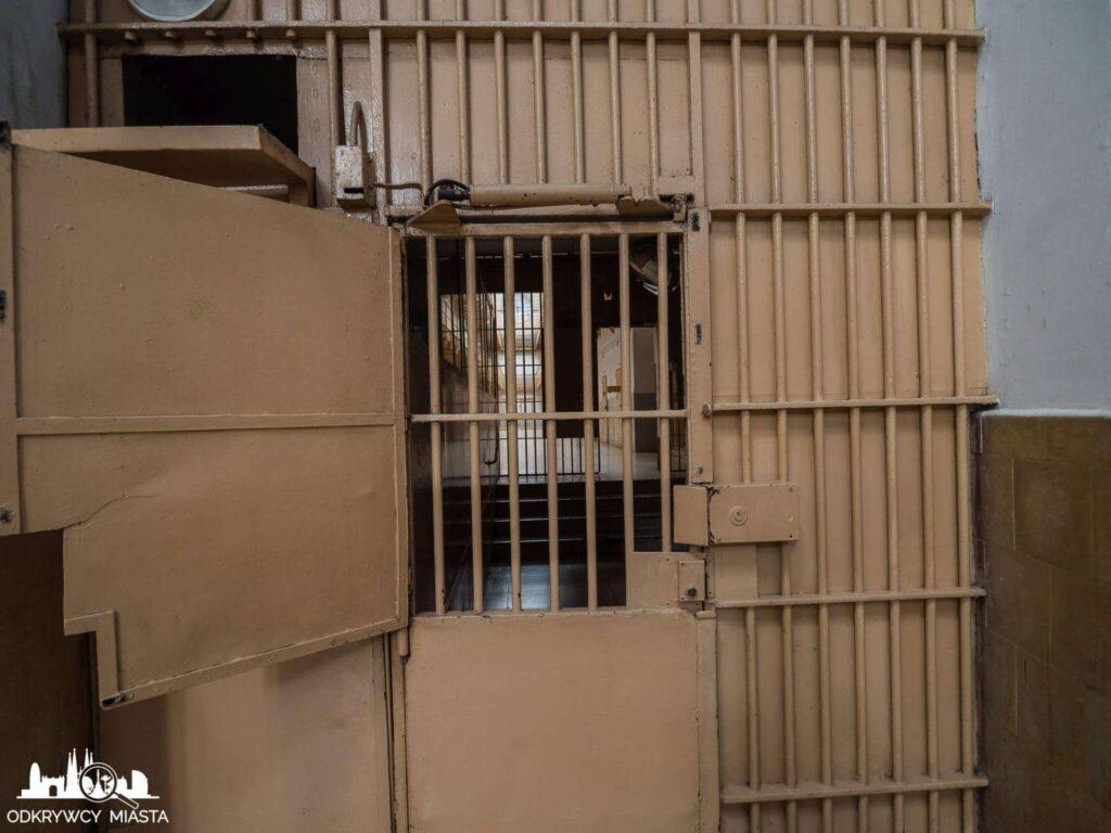 La Modelo więzienie w Barcelonie wejście na blok przez potrójną kratę
