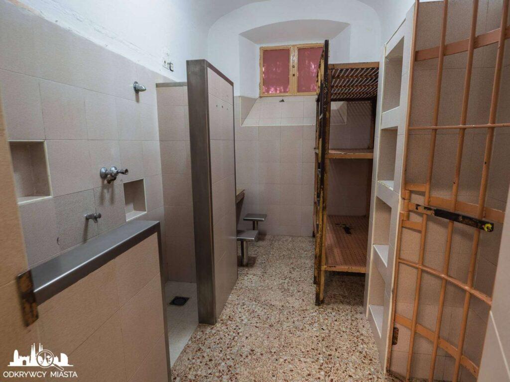 La Modelo więzienie w Barcelonie cela więzienna z piętrowym łóżkiem i betonowym stolikiem