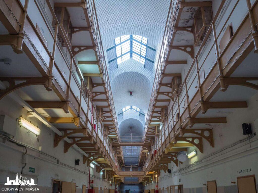 La Modelo więzienie w Barcelonie widok na blok wiezienny wielopoziomowy