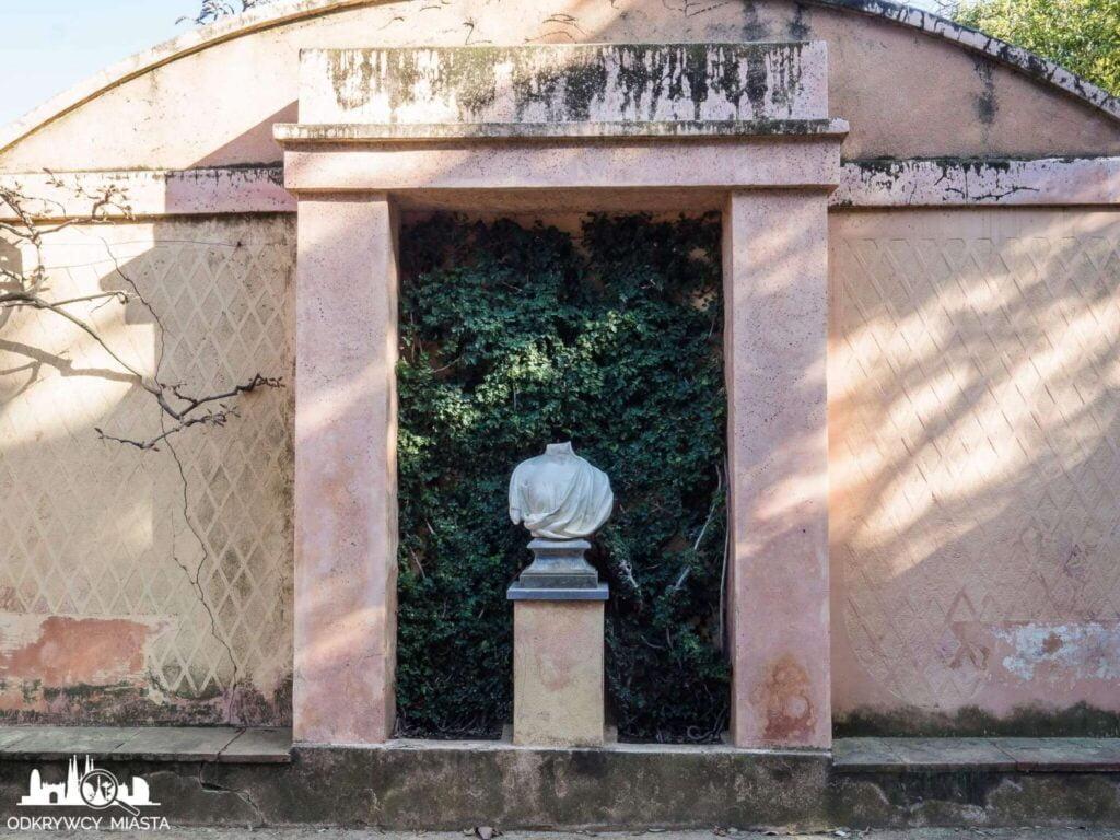 Park z Labiryntem Horta fragment rzeźby bez głowy