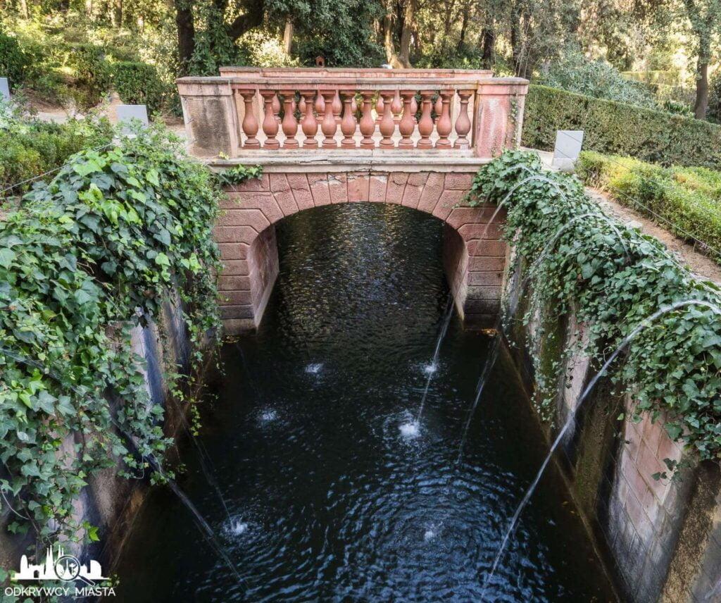 Park z Labiryntem Horta strumień z wpadającą wodą