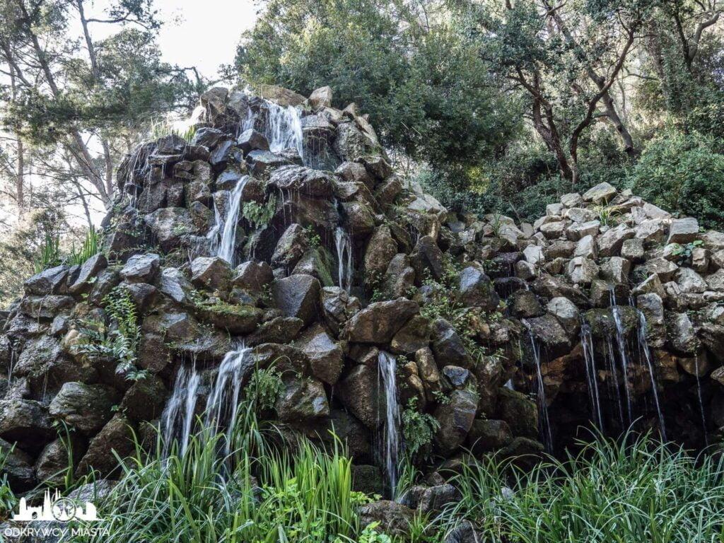 Park z Labiryntem Horta zlewająca się po kamieniach woda