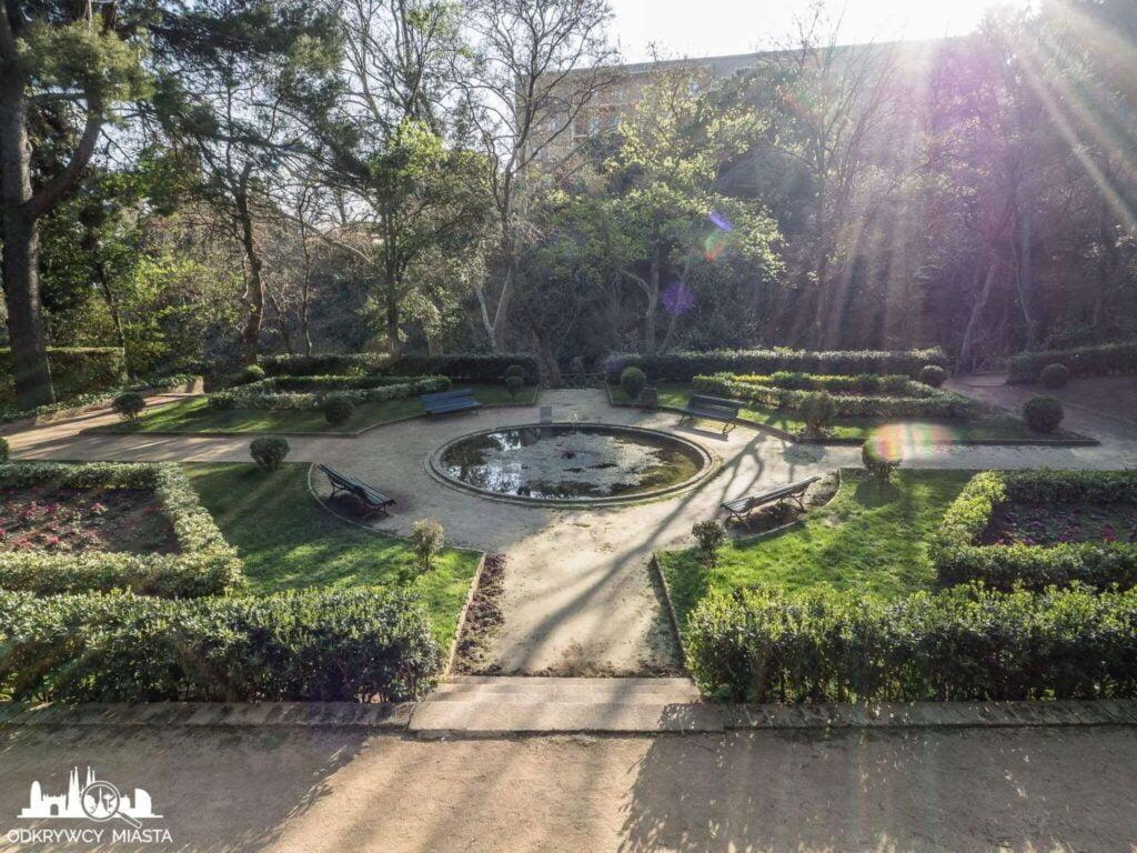 Park z Labiryntem Horta mały staw w parku