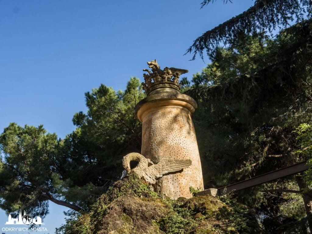 Park z Labiryntem Horta rzeźba wilka i korony