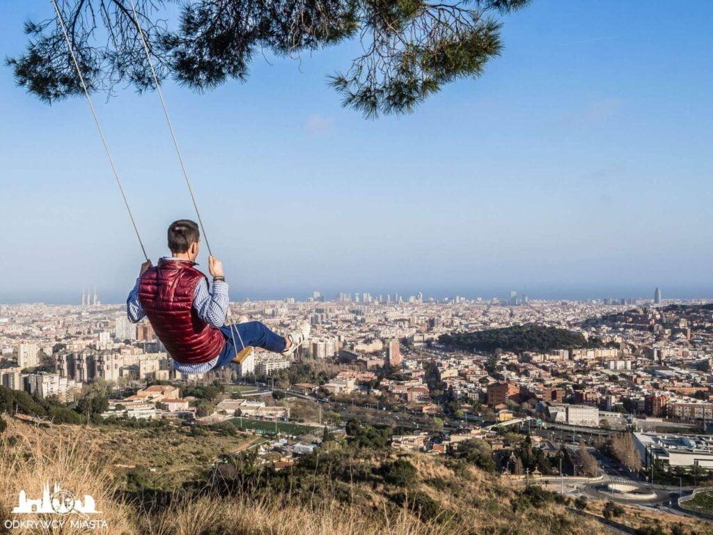 Punkt widokowy w Barcelonie Horta chłopak na huśtawce