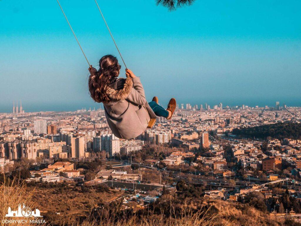 Punkt widokowy w Barcelonie Horta dziewczyna na huśtawce