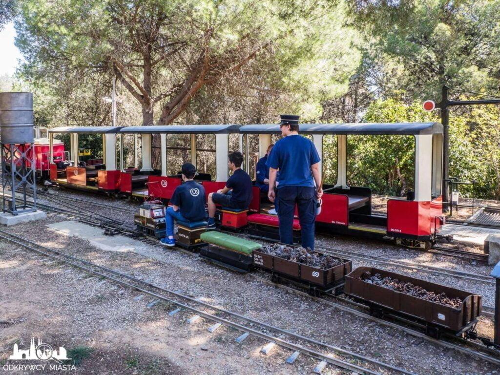 Park z pociągami l'oreneta zawiadowca i 2 pociągi