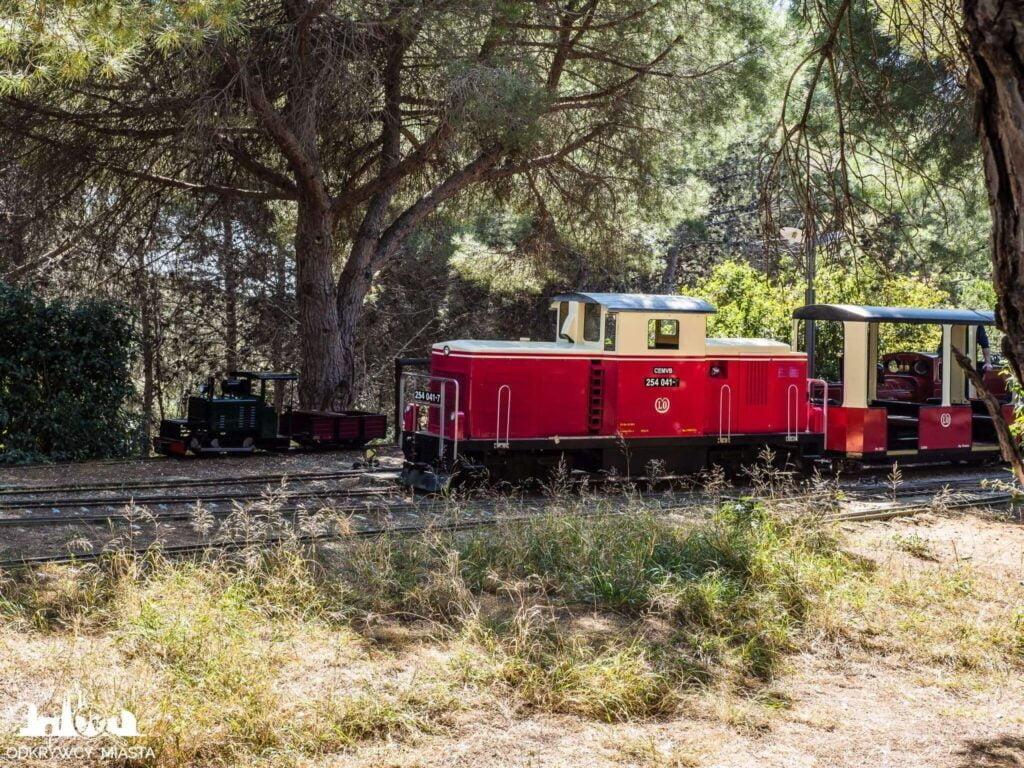 Park z pociągami l'oreneta czerwona lokomotywa