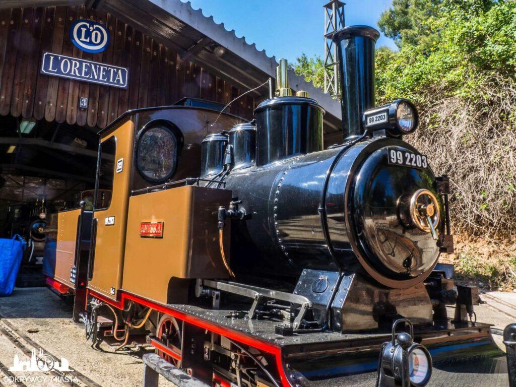 Park z pociągami l'oreneta pomarańczowo czarna lokomotywa