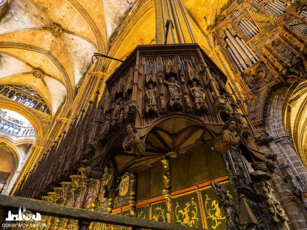 Katedra św. Eulali rzeźby aniołów ponad chórem