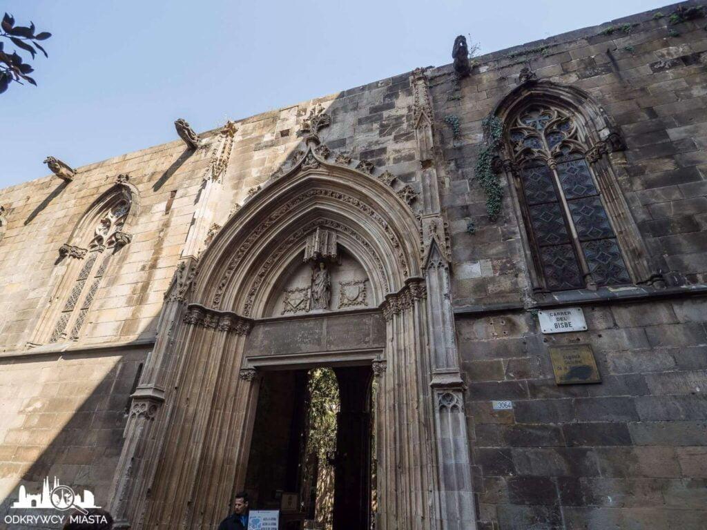 Katedra św. Eulali wejście do krużganków katedry