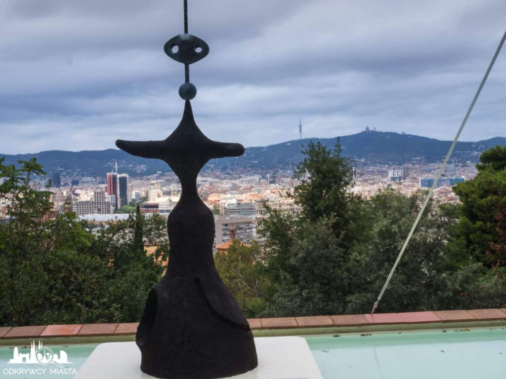 Fundacja Joan Miro rzezba z widokiem na barcelonę
