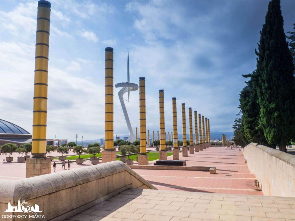 Park olimpijski żółte kolumny i wieża radiowa