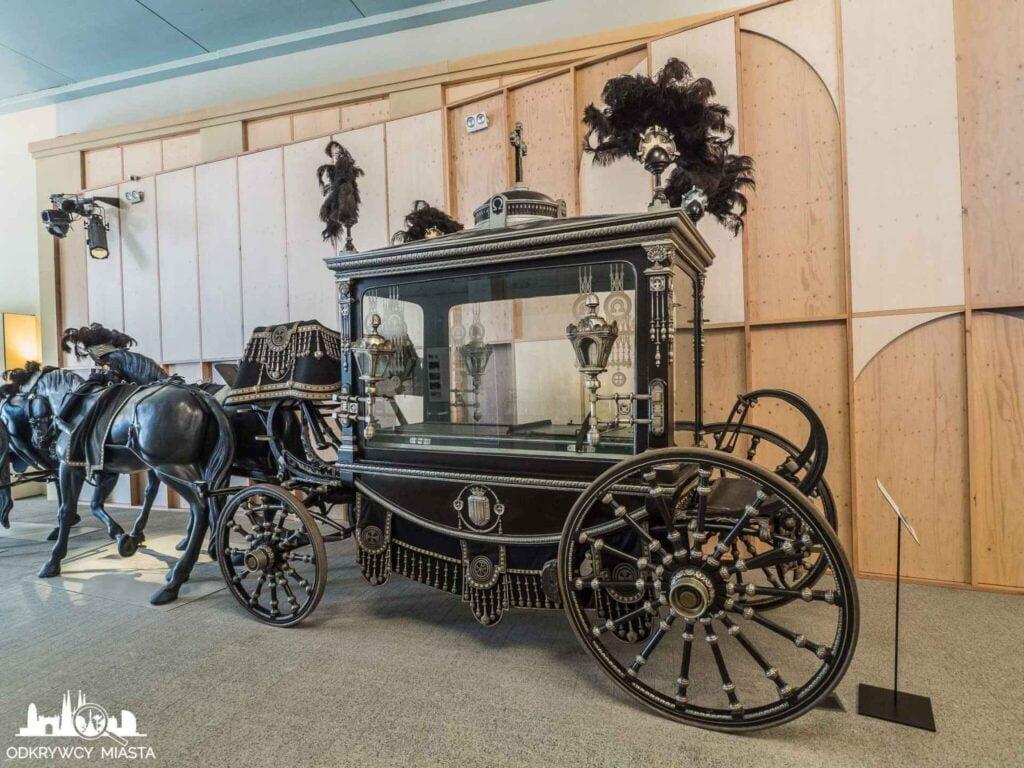 Muzeum wozów pogrzebowych w Barcelonie czarny wóz z końmi