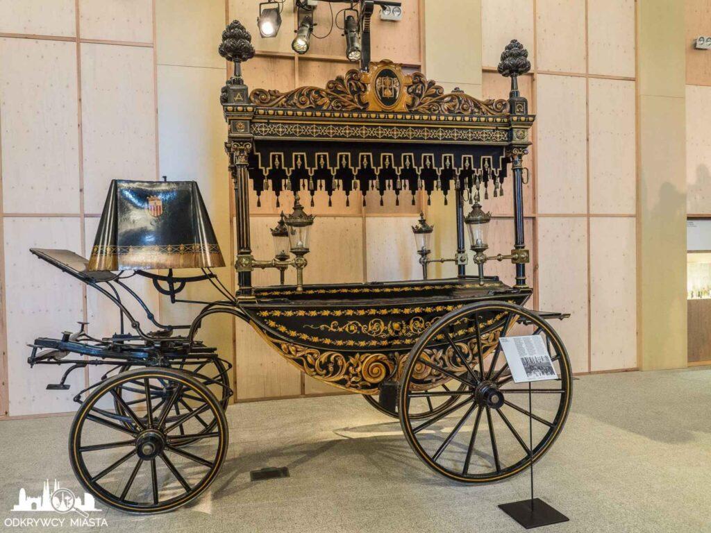 Muzeum wozów pogrzebowych w Barcelonieczarna karoca pogrzebowa