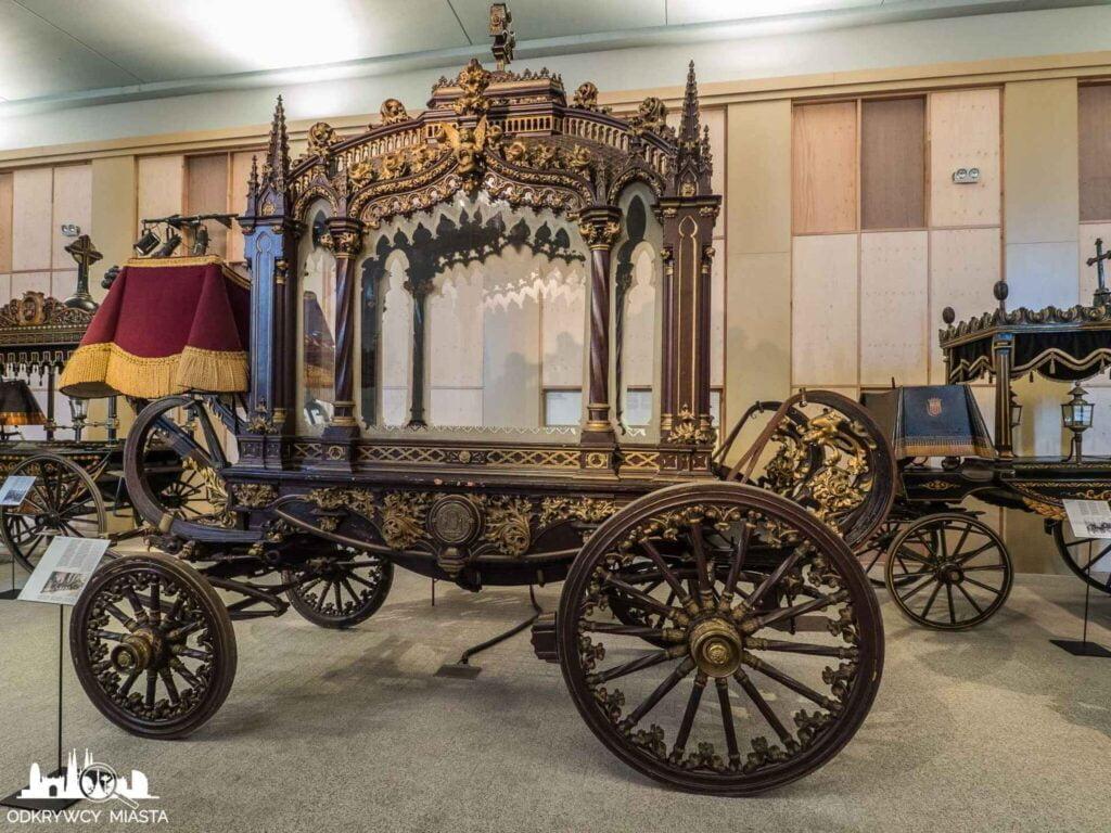 Muzeum wozów pogrzebowych w Barcelonie brązowa karoca ze złotymi zdobieniami