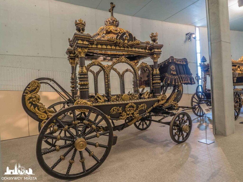 Muzeum wozów pogrzebowych w Barcelonie bogato zdobiona karoca pogrzebowa