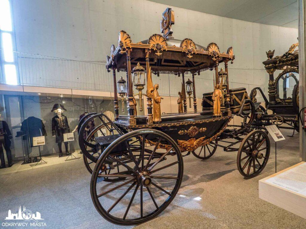 Muzeum wozów pogrzebowych w Barcelonie karoca pogrzebowa ze złotymi aniołami