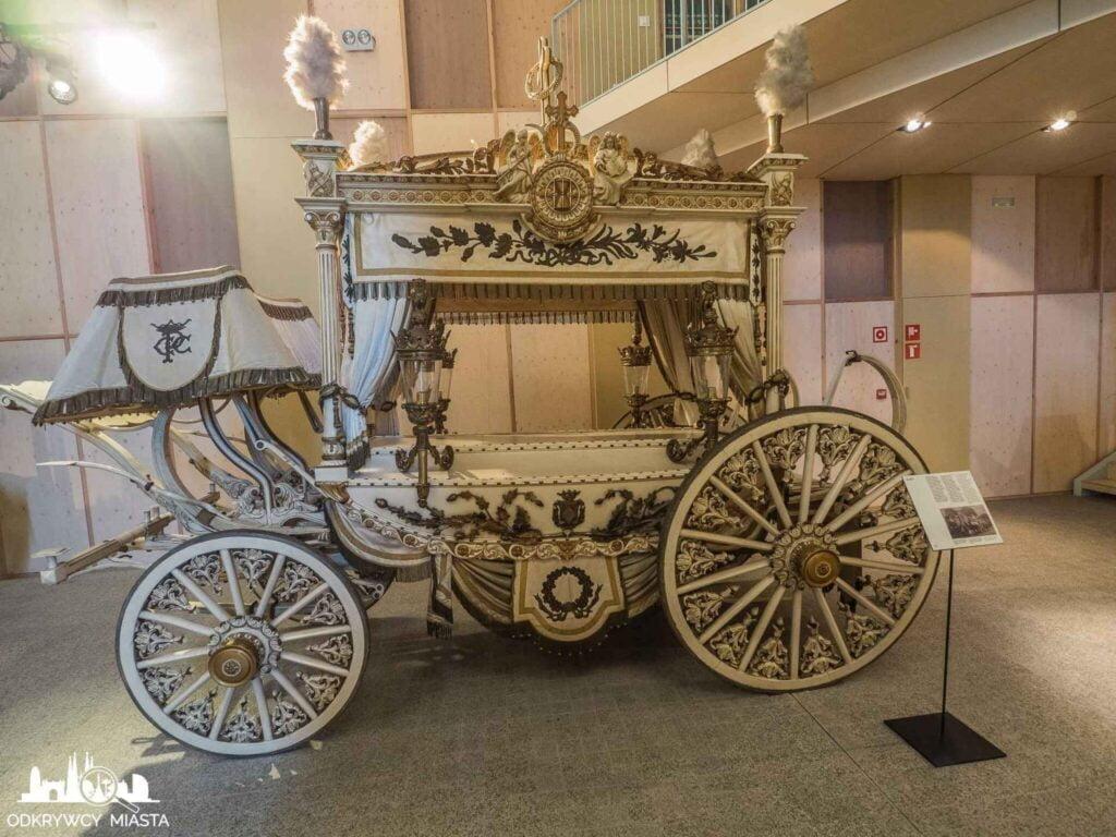 Muzeum wozów pogrzebowych w Barcelonie biała karoca pogrzebowa bogato zdobiona