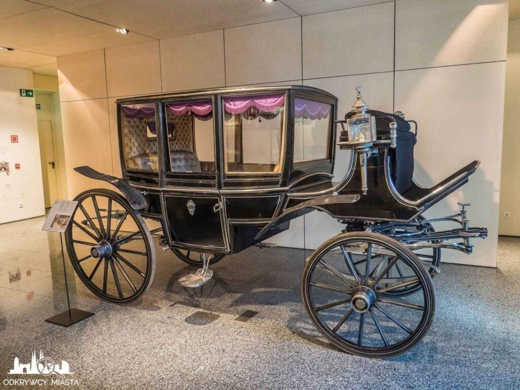 Muzeum wozów pogrzebowych w Barcelonie czarna karoca pogrzebowa bez zdobień