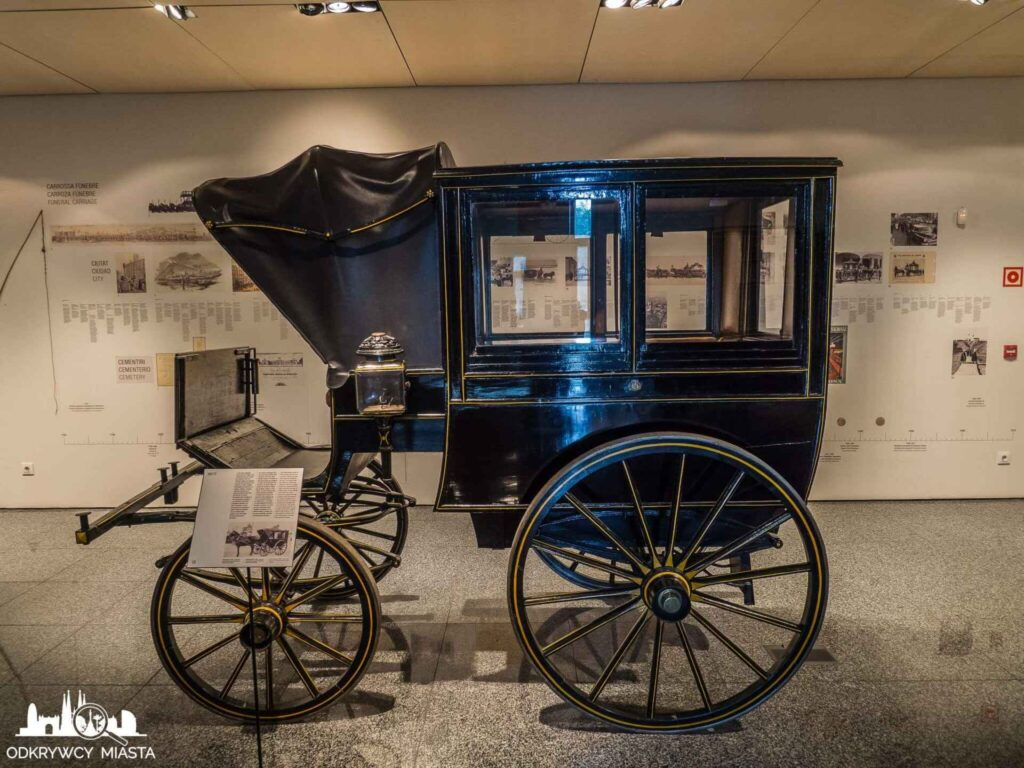 Muzeum wozów pogrzebowych w Barcelonie klasyczna karoca pogrzebowa bez zdobień