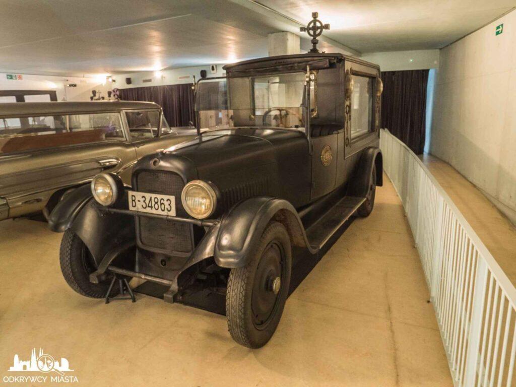 Muzeum wozów pogrzebowych w Barcelonie czarny samochód pogrzebowy z krzyżem na dachu