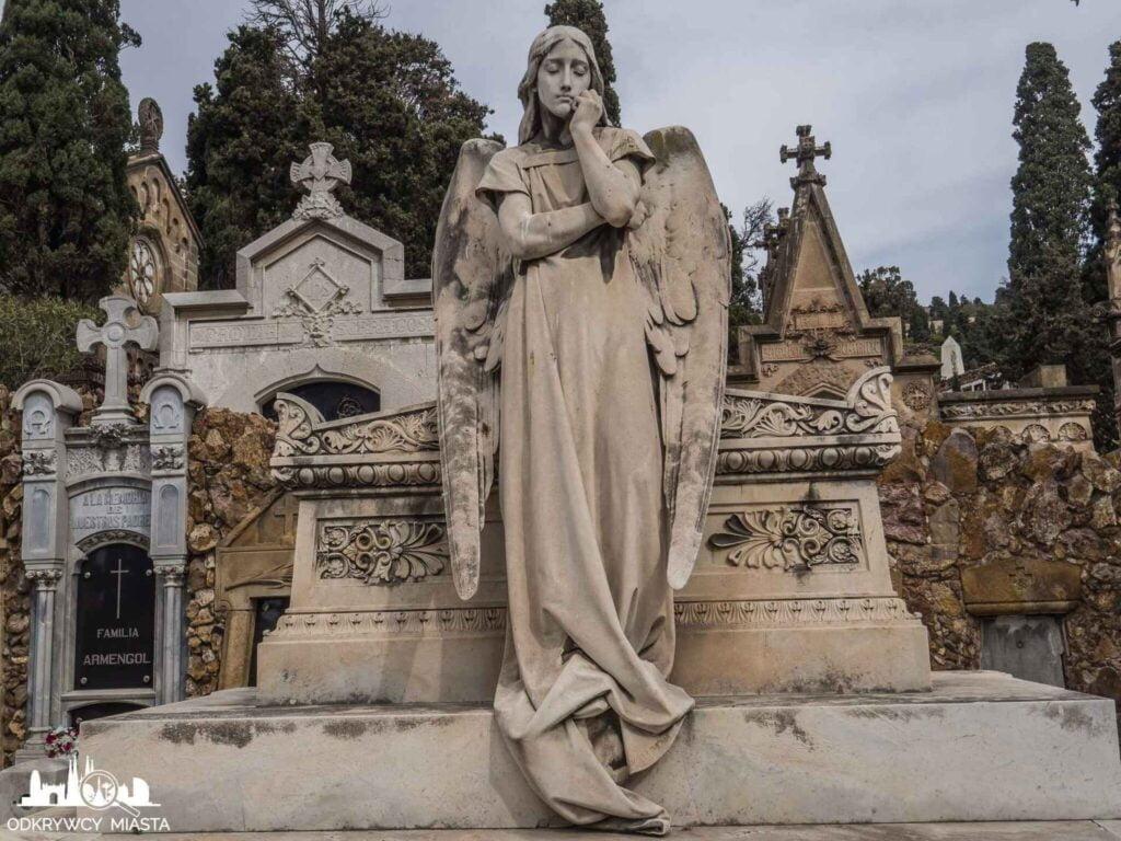 Cmentarz na wzgórzu Montjuic zamyślony anioł oparty o grobowiec