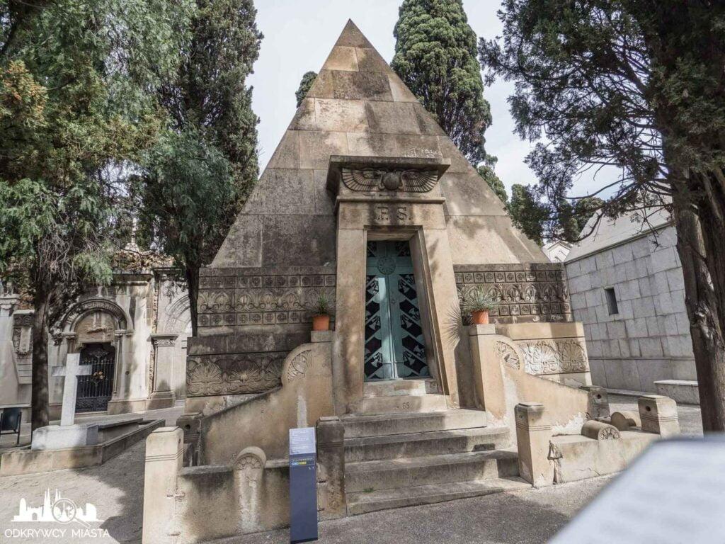 Cmentarz na wzgórzu Montjuic grobowiec w kształcie egipskiej piramidy