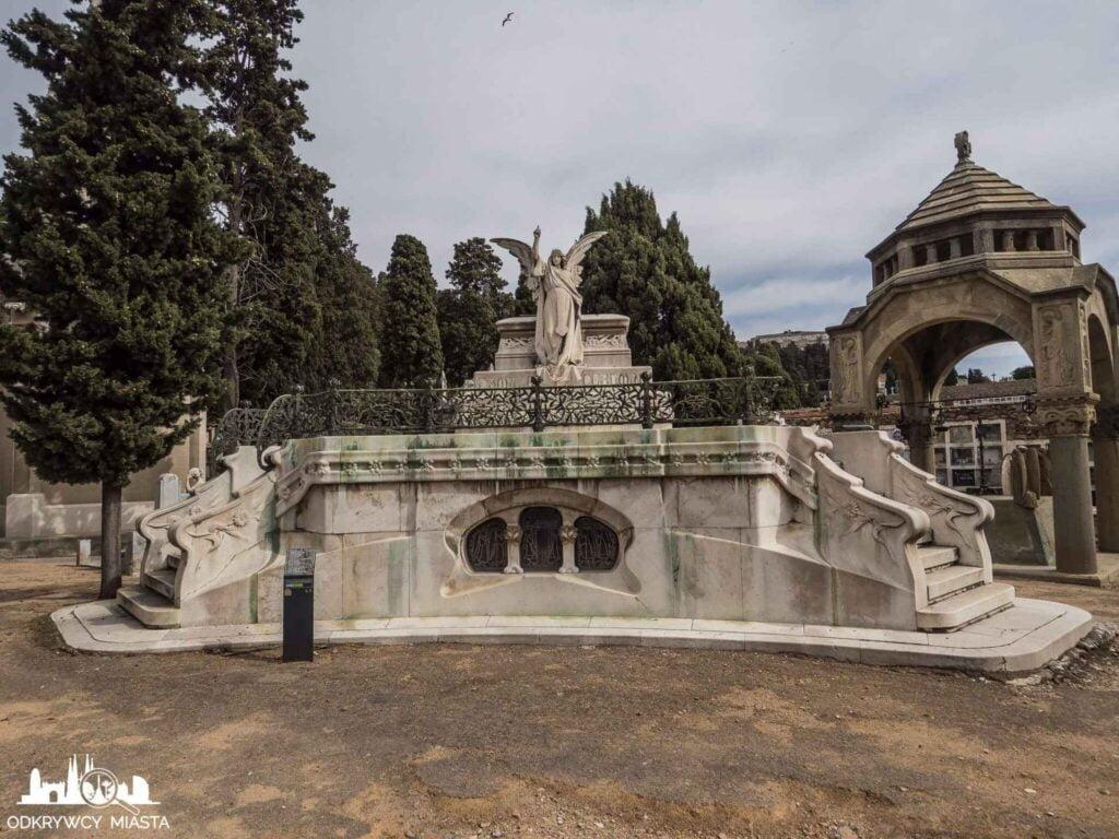 Cmentarz na wzgórzu Montjuic grobowiec z aniołem na szczycie wskazującym niebo