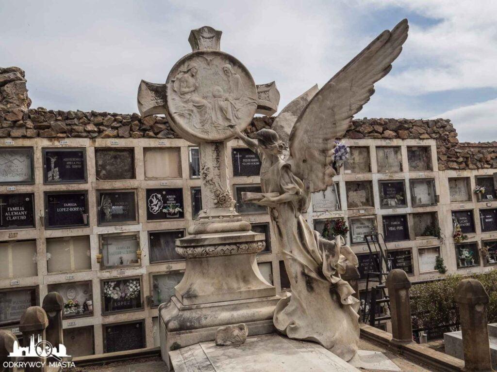 Cmentarz na wzgórzu Montjuic grobowiec gdzie anioł maluje na krzyżu obraz jezusa