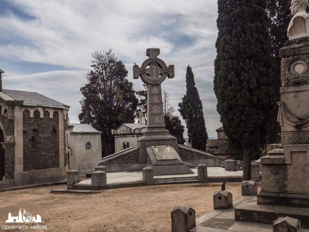 Cmentarz na wzgórzu Montjuic kamienny krzyż na grtobowcu