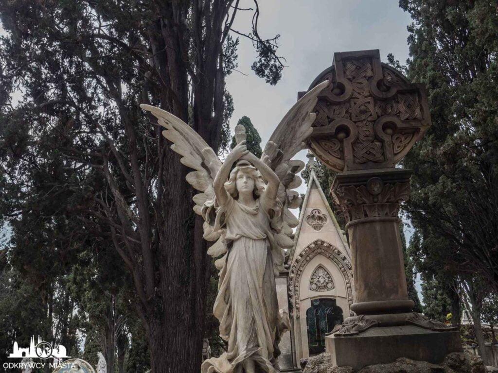 Cmentarz na wzgórzu Montjuic anioł z uniesioną hostią