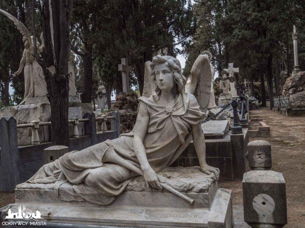 Cmentarz na wzgórzu Montjuic anioł z klarnetem w dłoni