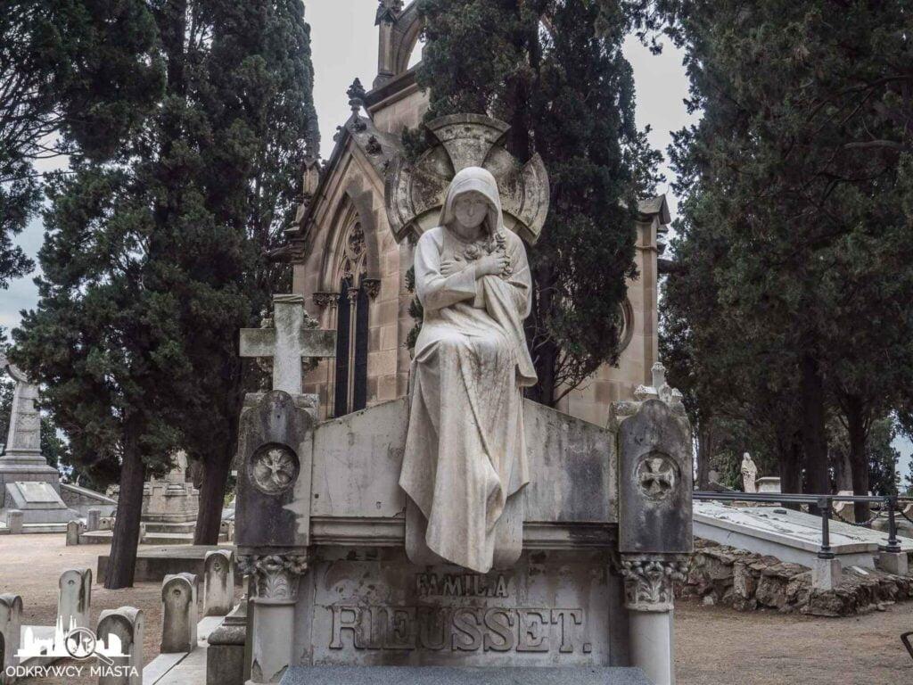 Cmentarz na wzgórzu Montjuic zamyślony anioł na krawędzi grobu