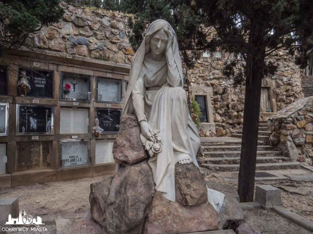 Cmentarz na wzgórzu Montjuic zamyślony anioł z różą w dłoni