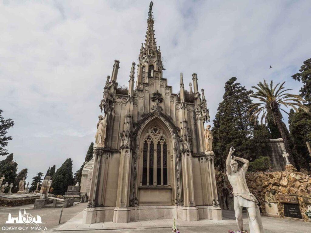 Cmentarz na wzgórzu Montjuic Grobowiec kaplica z rzeźba pracującego młodzieńca przed wejściem