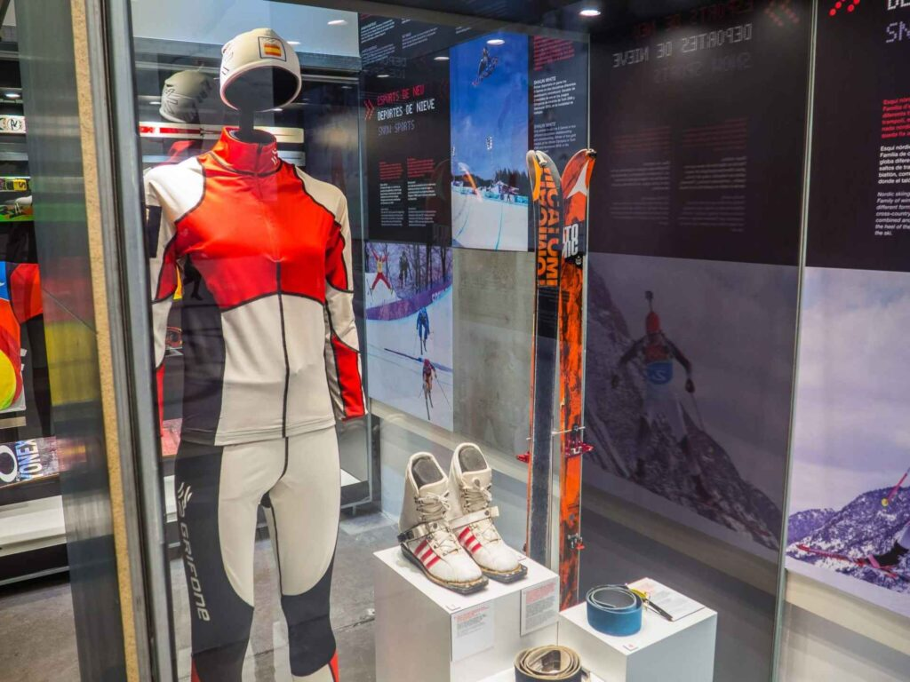 Muzeum olimpijskie w Barcelonie narty buty i kombinezon narciarski