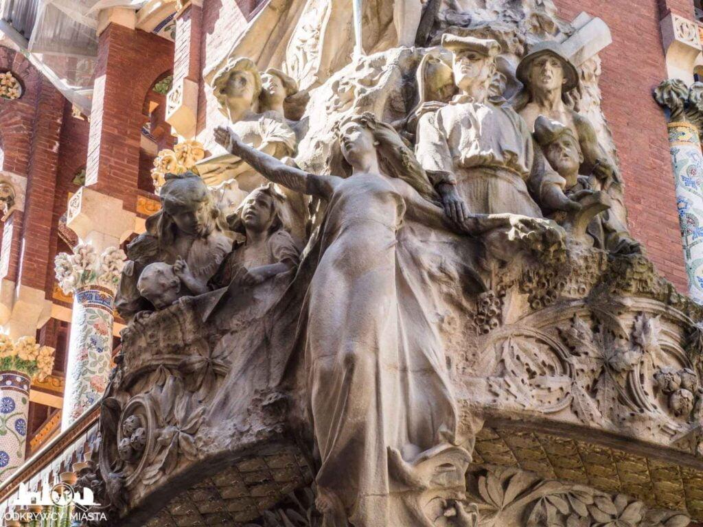 pałac muzyki katalońskiej rzeźby na fasadzie budynku