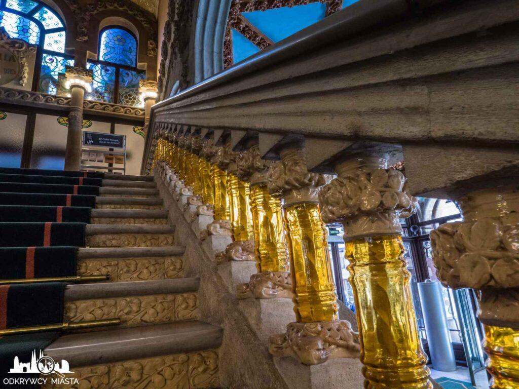 pałac muzyki katalońskiej klatka schodowa i zdobiona poręcz