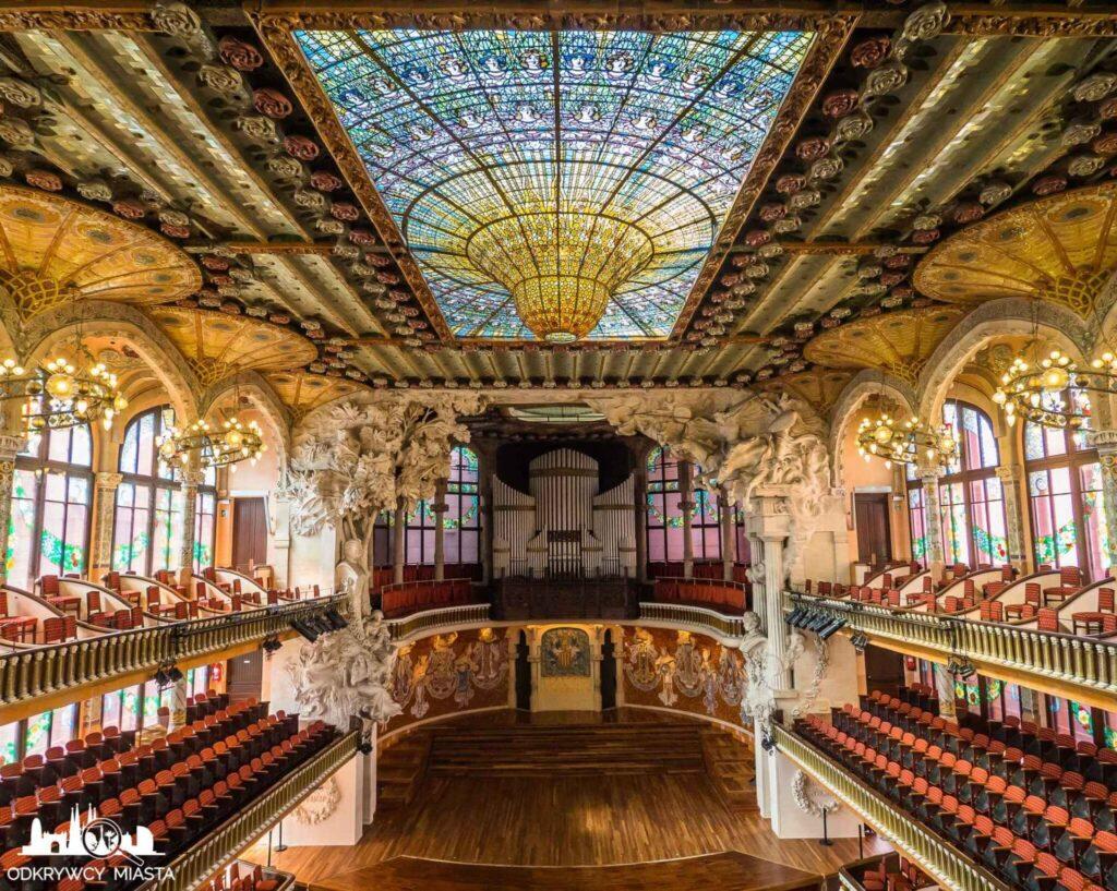 pałac muzyki katalońskiej widok na salę z wypukłym witrażem na suficie