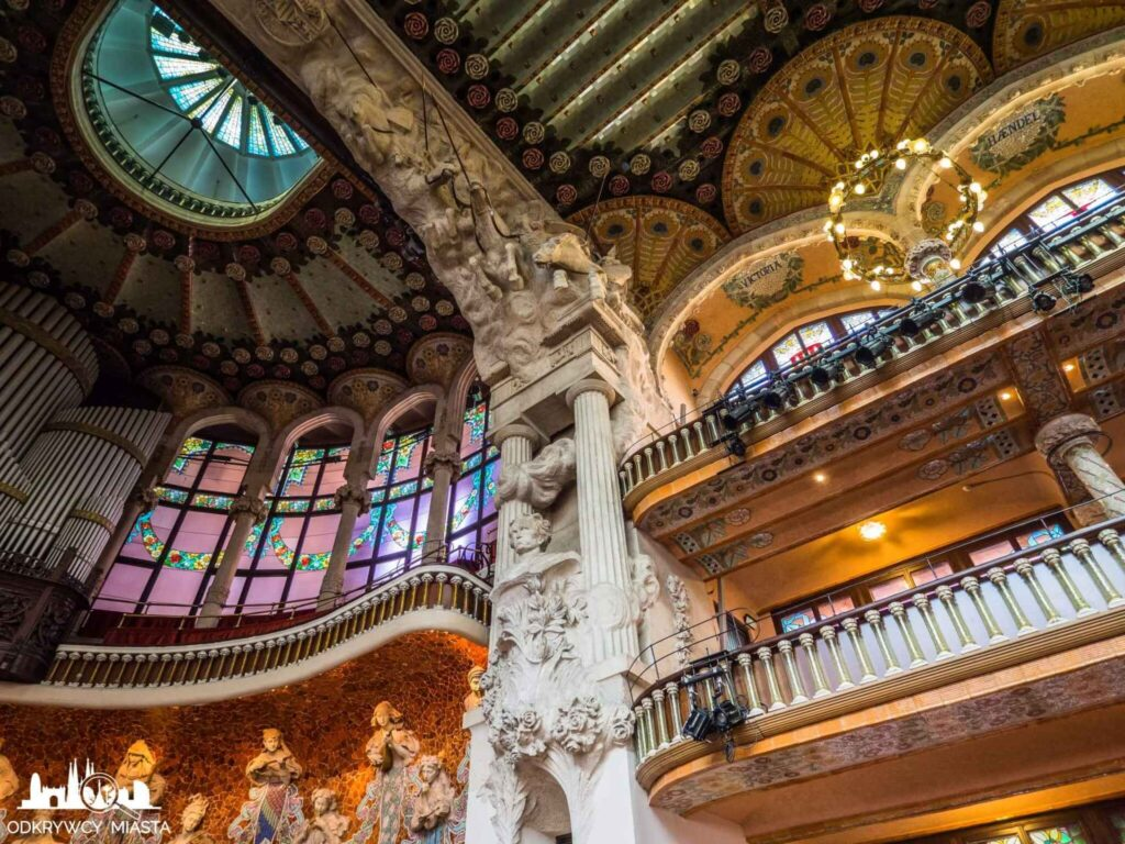 pałac muzyki katalońskiej wnętrze pałacu z rzeźbami