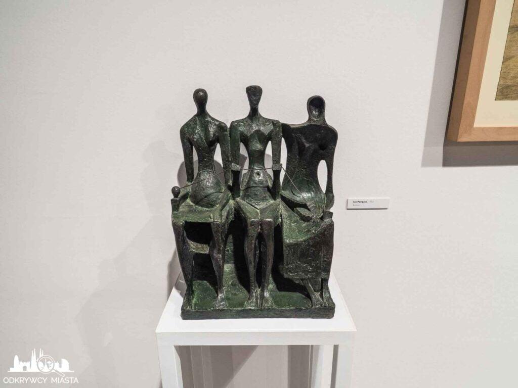 espai subirachs rzeźba 3 siedzące osoby