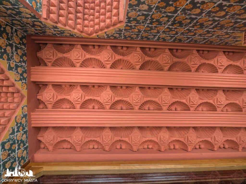 casa vicens ceglasty sufit z wzorem