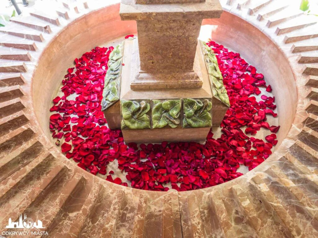 casa vicens fontanna z płatkami róż