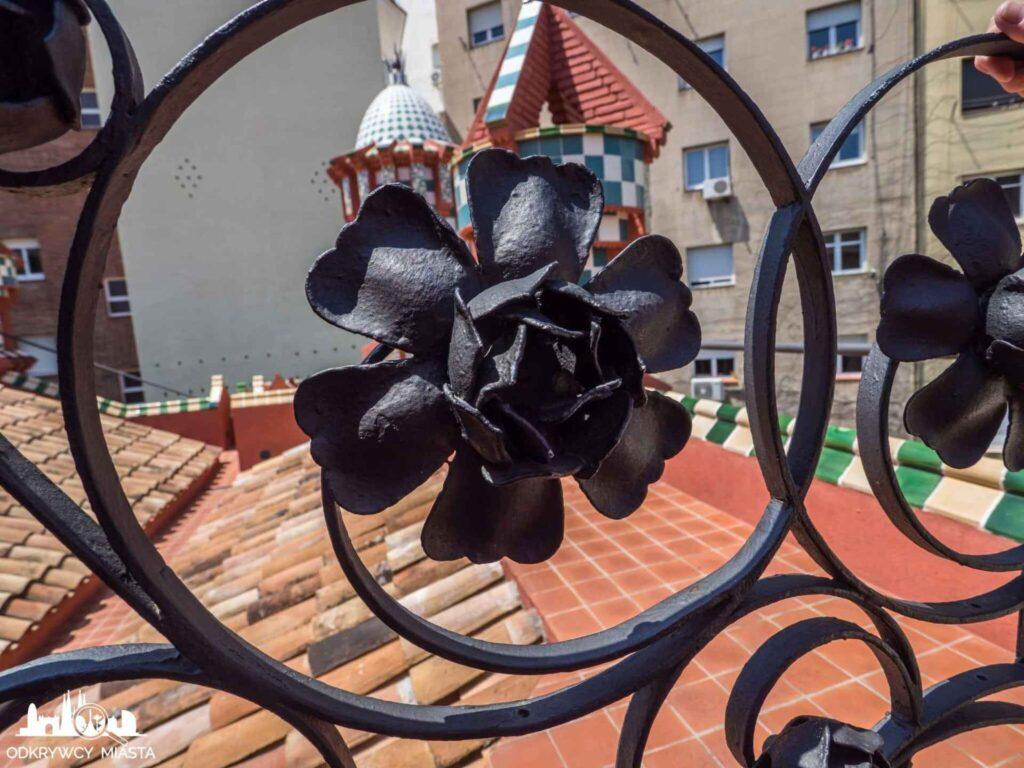 casa vicens róża na ogrodzeniu