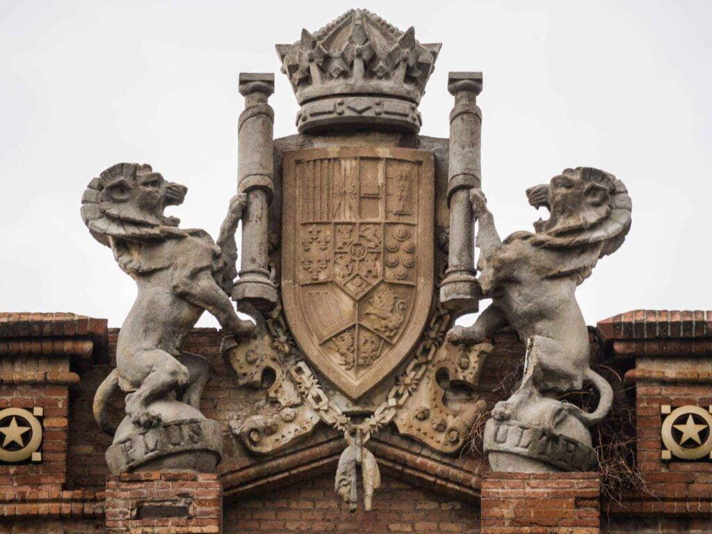 Arc de triumf lwy z tarczą herbową