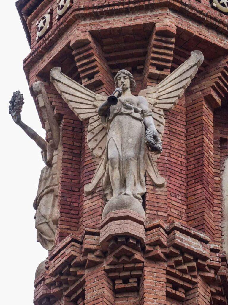 Arc de triumf anioł z trąbą